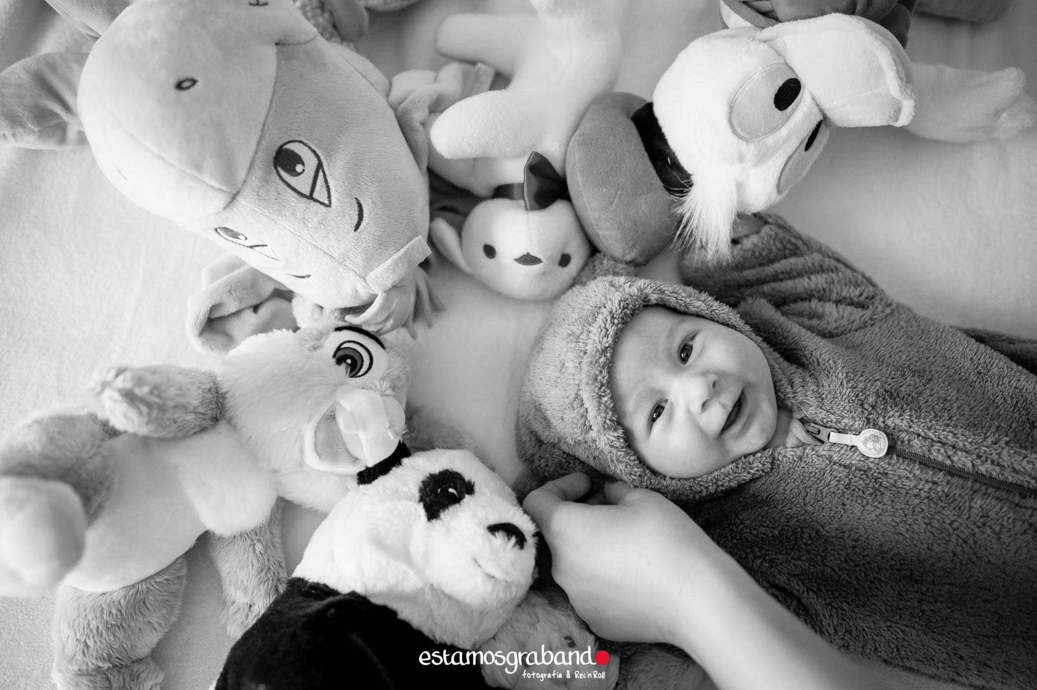 alvaro-baby-sesion-newborn-sesiones-de-bebes-fotos-de-bebes-sesiones-recandrolleras-fotos-de-familia-fotografo-de-familia-fotografo-jerez-24 Inma + Juanlu= Alvarito el Ojitos - video boda cadiz